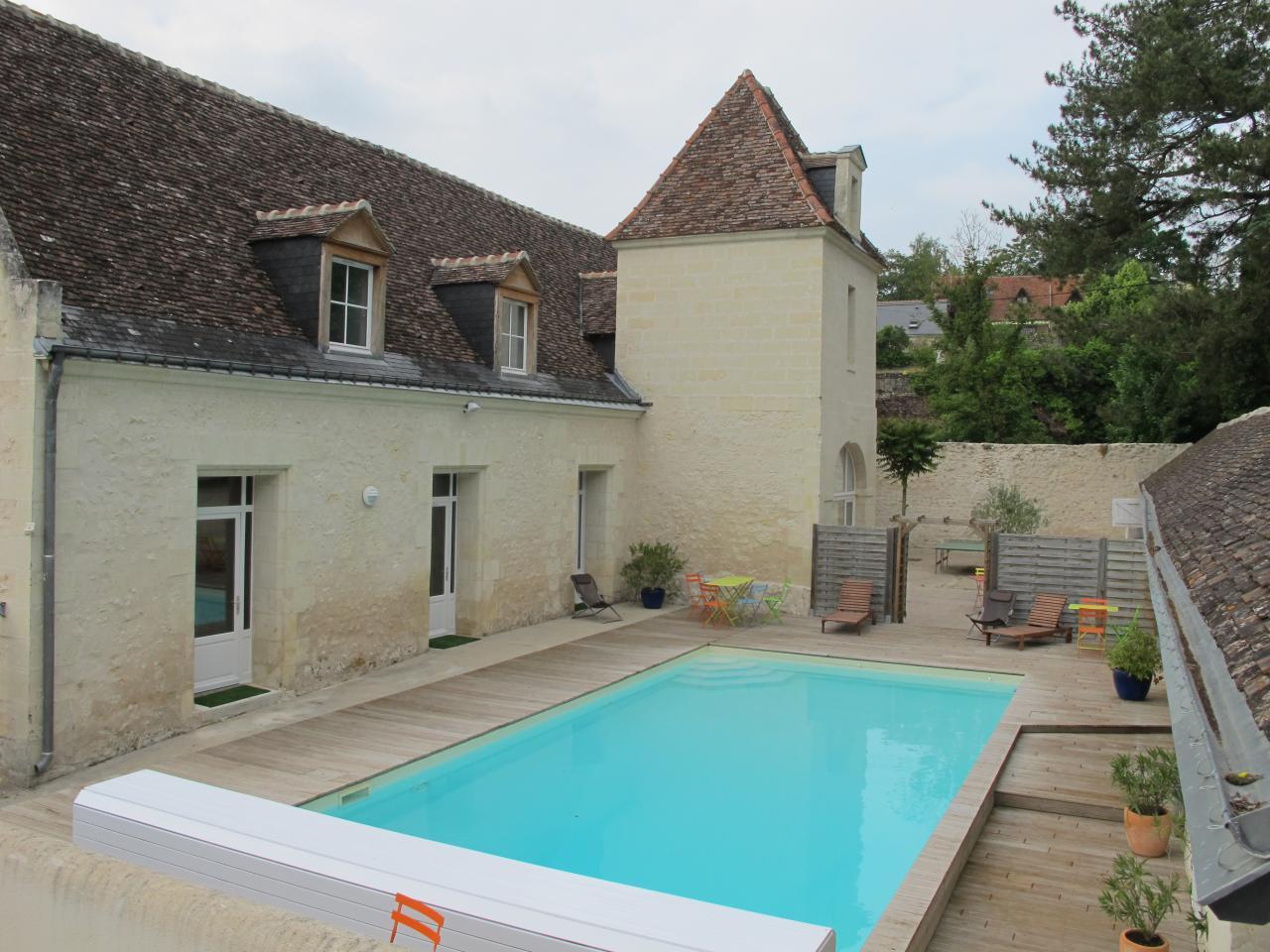 Salle manger salon piscine jardin for Piscine a salles